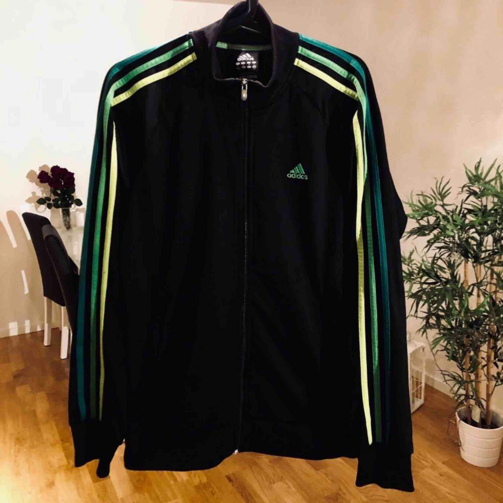 tröja från adidas säljer jag då den är lite för stor för mig, är i gott skick 👌 Svart med olika gröna nyanser Storlek S, men mer som M Hämtas i Västerås,kan skickas mot fraktkostnad . Huvtröjor & Träningströjor.