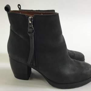 Gråa stövletter / boots från Nilson Shoes i skinn. Storlek 38. Nypris 1299kr