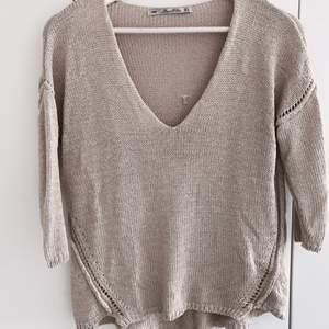 Stickad tröja från Zara i storlek S. Längre baktill med trekvartsärmar. Fint skick