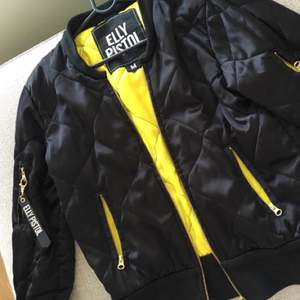 Black and yellow bomberjacket from Elly Pistol, nice material and fit, 1000kr original price, barley used.