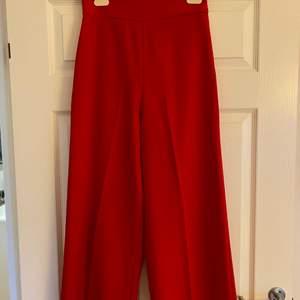 Röda kostymbyxor från Zara. Använt 1 gång, bra skick. Blixtlås vid sidan. Fraktkostnad tillkommer