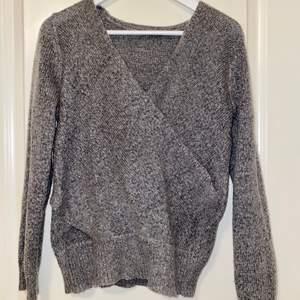 En grå korsad tröja fin gina tricot i väldigt gott skick. Storlek xs/s. Använd 2 gånger.
