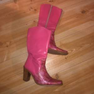 Mina favvo skor så fkn coola vintage rosa cowboy skor med rosa ormskinn på vid tårna. Äkta läder med bra dragkedja. Hade gärna behållt men kmr inte till användning så mkt, förtjänar bättre hem 😭🌸 möts i gbg eller fraktar