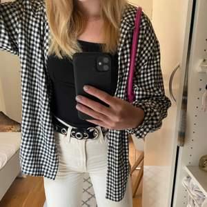 Rutig skjorta man kan ha som en jacka, passar till det mesta. Storlek xs-m beroende hur man vill att det ska sitta. Jag har mellan xs-s vanligtvis.