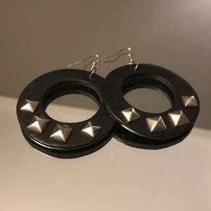🖤✨Säljer dessa coola örhängen i svart fakeläder med silvriga nitat🖤