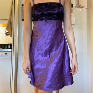 Lila klänning i siden & spets, köparen står för frakten💜