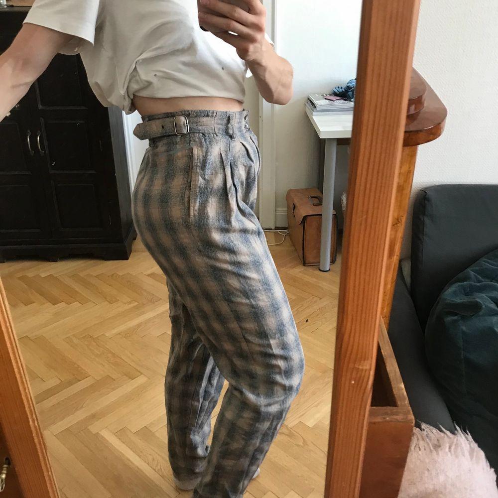 Snygga långa rutiga byxor. Bra skick. Man kan justera midjan med spännet så de blir större/mindre så kan passa flera storlekar. Fraktkostnad tillkommer. Kan även mötas upp i Stockholm . Jeans & Byxor.