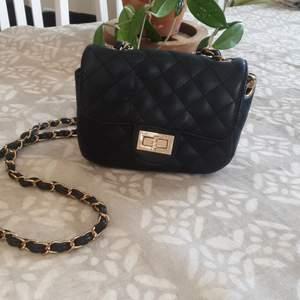 En liten handväska ❣ ett fint skick , du betalar frakten, vi kan mötas upp