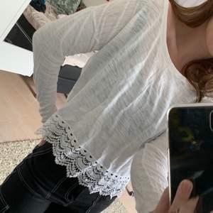 En tunn, långärmad tröja från Lindex med fina detaljer nedantill. Använd men i gott skick (behöver strykas), otroligt mysig att ha på sig! Storlek S-M. En snabb affär uppskattas 🦋