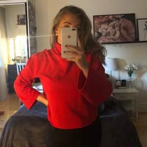 frakt ingår i pris!  röd tröja med hög krage! använd ca 3 gånger. avklippt lägst ner.
