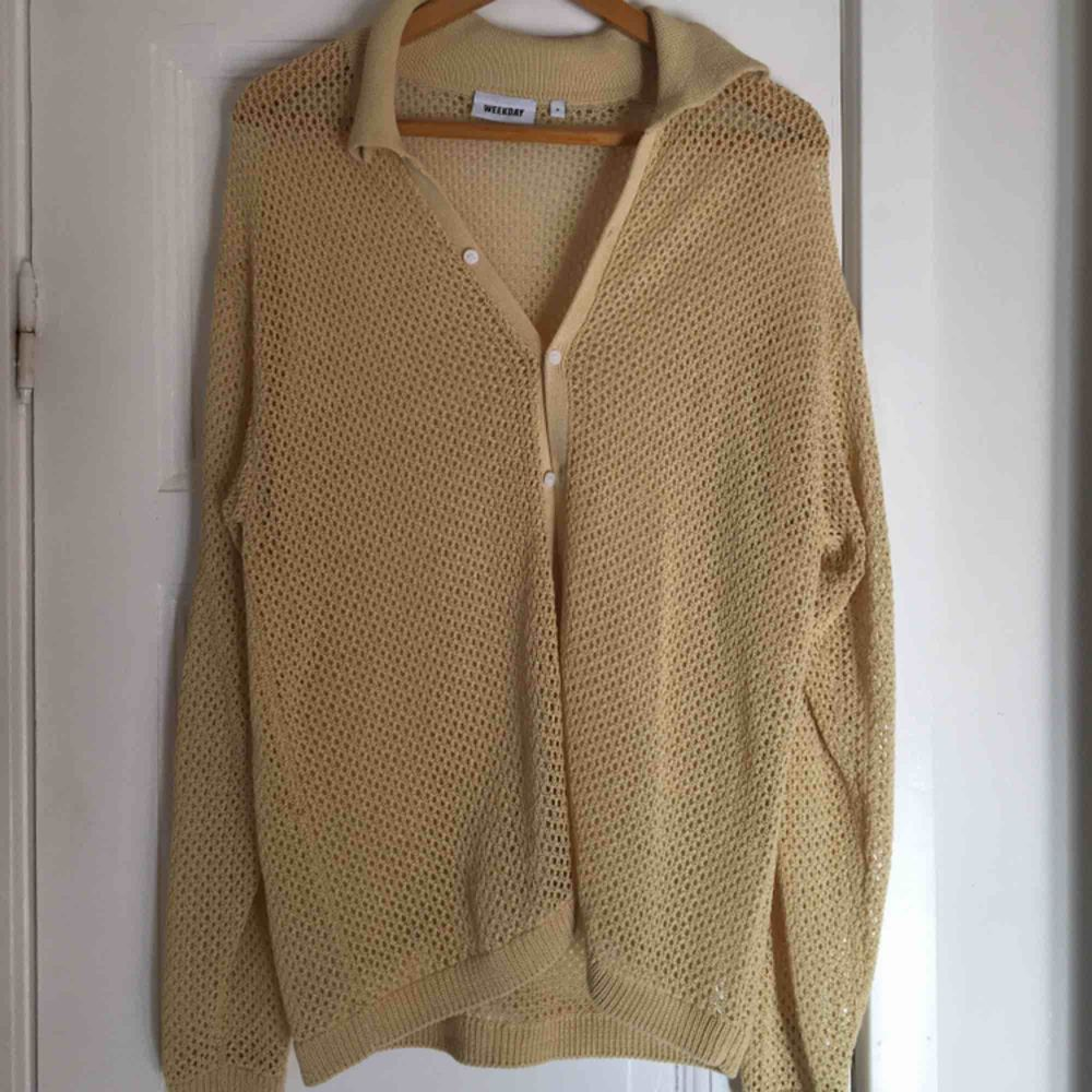 Oanvänd stickad skjorta från Weekday🌙 Färg: Ljus Gul  Lite frakt tillkommer . Skjortor.