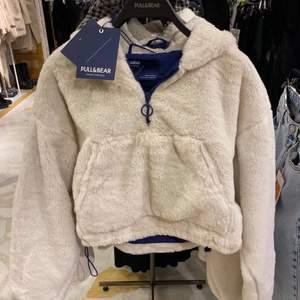 jättefin och varm jacka/hoodie nu till vintern! säljer den då den är lite kort på mig ☺️💗 köpte den här på plick för 460 inklusive frakt, mitt pris är 400 inklusive frakt! ✨