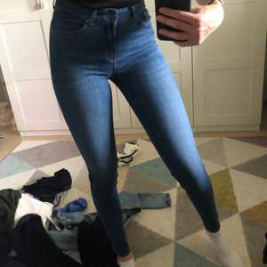 Säljer dessa jeans som är använda enstaka gånger. De är i storlek xs men de funkar som s. De är perfekta i längden på mig som är 177 cm lång. Säljer dom för 65 + frakt 🤍