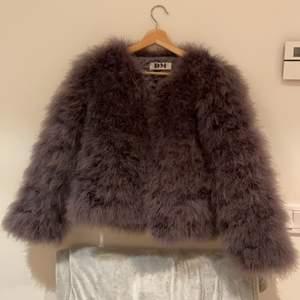 En fluffig och lite lyxigare pälsjacka från Dennis Maglic😍 ordinarie pris 1299kr, jag säljer min jacka för 500kr (men pris kan diskuteras) Jackan är förövrigt aldrig använd och även därför den säljs😘. Storlek XS och frakten står du för!