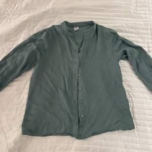 Mintgrön blus från Visual Clothing Project i strl XS. Skönt material och fina ärmar som går att knäppa vid handleden.