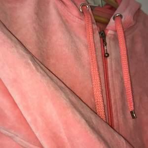 Cubuskofta i aprikos-rosa färg. Storlek L. Har haft hemma som myströja, men skicket är väldigt bra. Med huva.