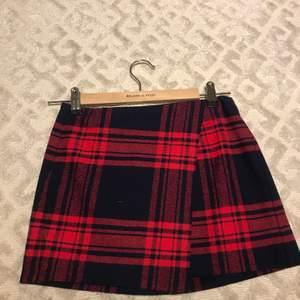 En mönstring kjol från hm med färgerna mörkblå och röd.