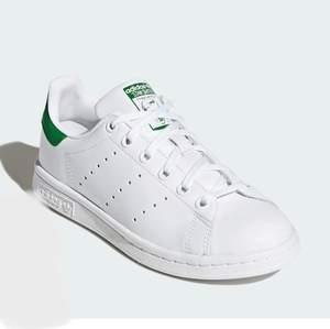 Sjukt snygga Stan Smith skor! Använd 2 gånger, säljes pågrund av de inte var till användning🌸                       Nypris 1 100kr🌟💫