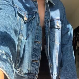 Oversized jeansjacka från Missguided Petite. Säljer eftersom den inte kommer till användning längre. Köparen står för frakt🧡 Nypris 399kr
