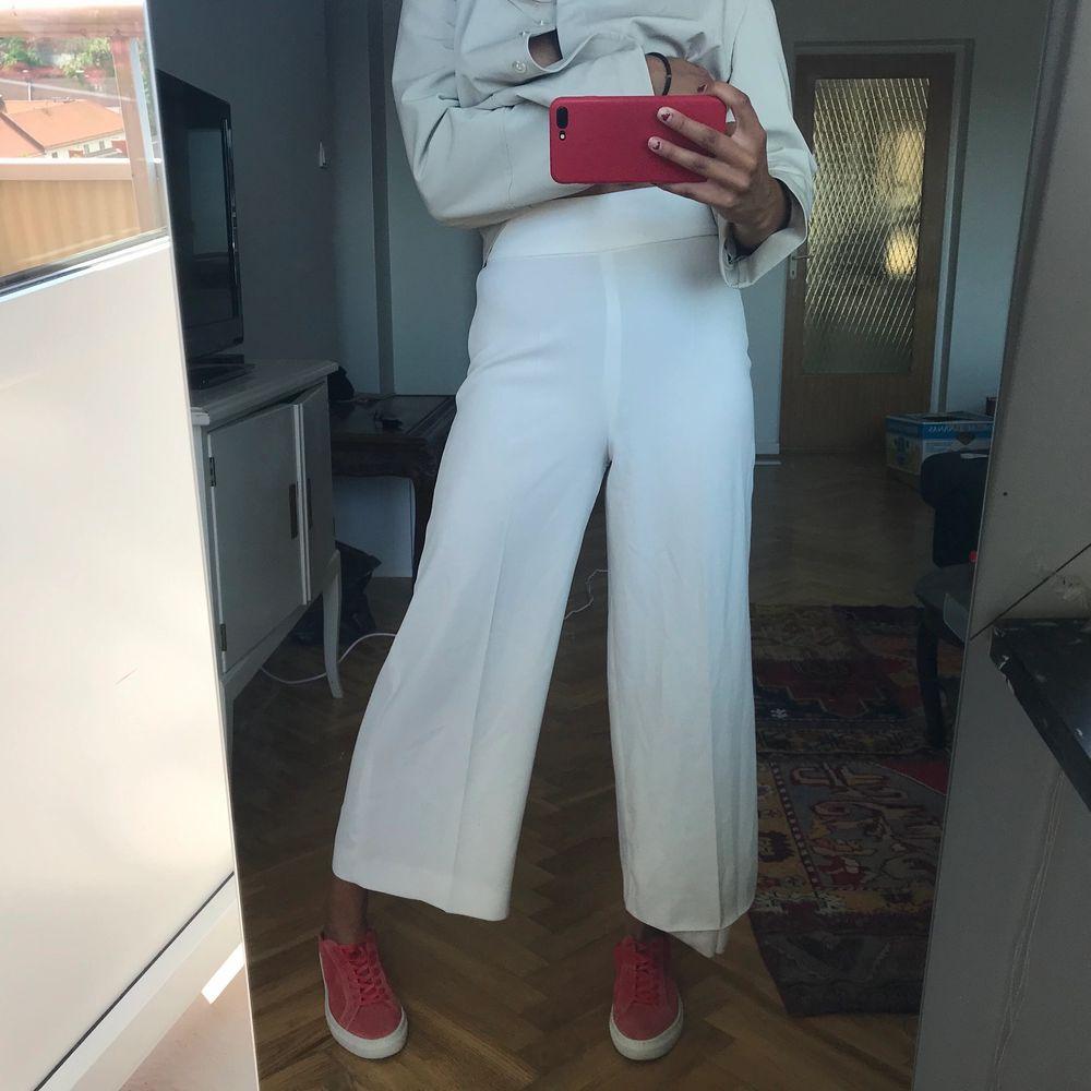 Superfin vit byxa från zara. Jeans & Byxor.