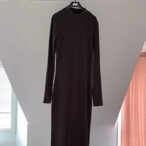 Only, mörkgrå lång tajt klänning i strlk M, använd endast en gång. Du står för frakt 🥰