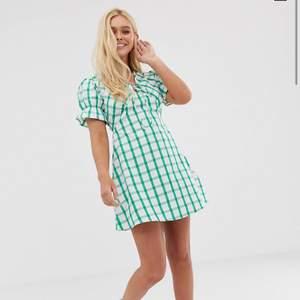 Helt oanänd klänning från asos med prislapp kvar. Skriv för egna bilder! Passar en xs/s