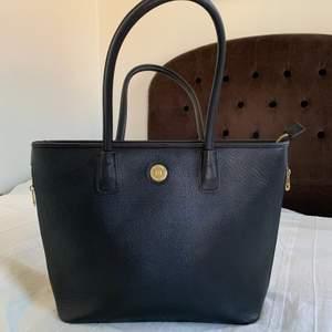 Svart handväska med plats för en laptop i syntet-läder från Don Donna👜 Mycket fint skick. Köparen betalar frakt 🚚