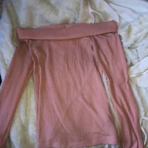 En ljusrosa off shoulder tröja i storlek S.
