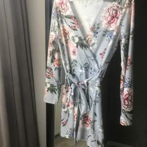 Blommig klänning i storlek L från Nelly🌻