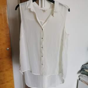 Skjortlinne i skirt genomskinligt material. Sparsamt använd. Cremevit.
