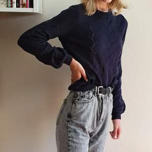 Skön stickad tröja från Vero Moda. Mörk/marinblå, storlek S. Knappt använd! Kan mötas upp i Uppsala/Stockholm, alternativt skicka mot fraktkostnad.💙