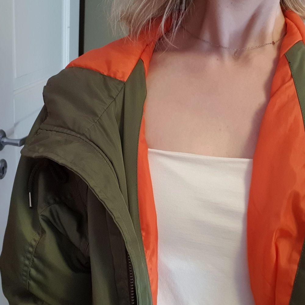 Assnygg bomberjacka från Stay! Grön med orange innerfoder. Något fodrad, perfekt mellan övergång sommar/höst, eller sena sommarkvällar! Storlek S, men fungerar som XS-M beroende på hur man vill att den ska sitta!🧡. Jackor.