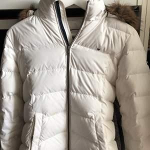 Denna snygga jacka kommer från Tommy Hilfiger. Jag har inte använt den så mycket och därför säljer jag den. Den är i mycket bra skick. Sitter bra i midjan och man kan även bära en stickad tröja eller liknande under. Ordinariepris 2000 kr.