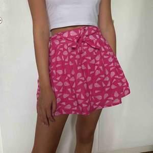 Söt och trendig kjol! Har band i midjan så att man kan justera hur tajt man vill att kjolen ska sitta i midjan🥰  Använd 1 gång Köparen står för frakten