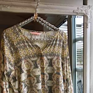 Max Volmáry blus i ett underbart mönster. 90% Viskos 10% spandex (silkigt material). Köpare betalar frakt 🌼