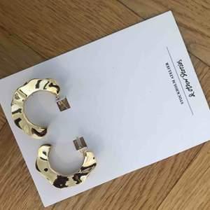 Säljer helt nya och oanvända örhängen från &otherstories pga fick dubbel upplaga i julklapp. Nypris 299kr