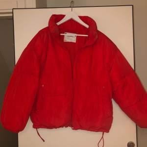 Jätte snygg röd puff-jacka från Pull&bear. Använd några få gånger. Varm och skön. Bra skick. Frakt tillkommer. Den passar både M,L och Xl beroende på hur stor och puffig man vill ha den :)