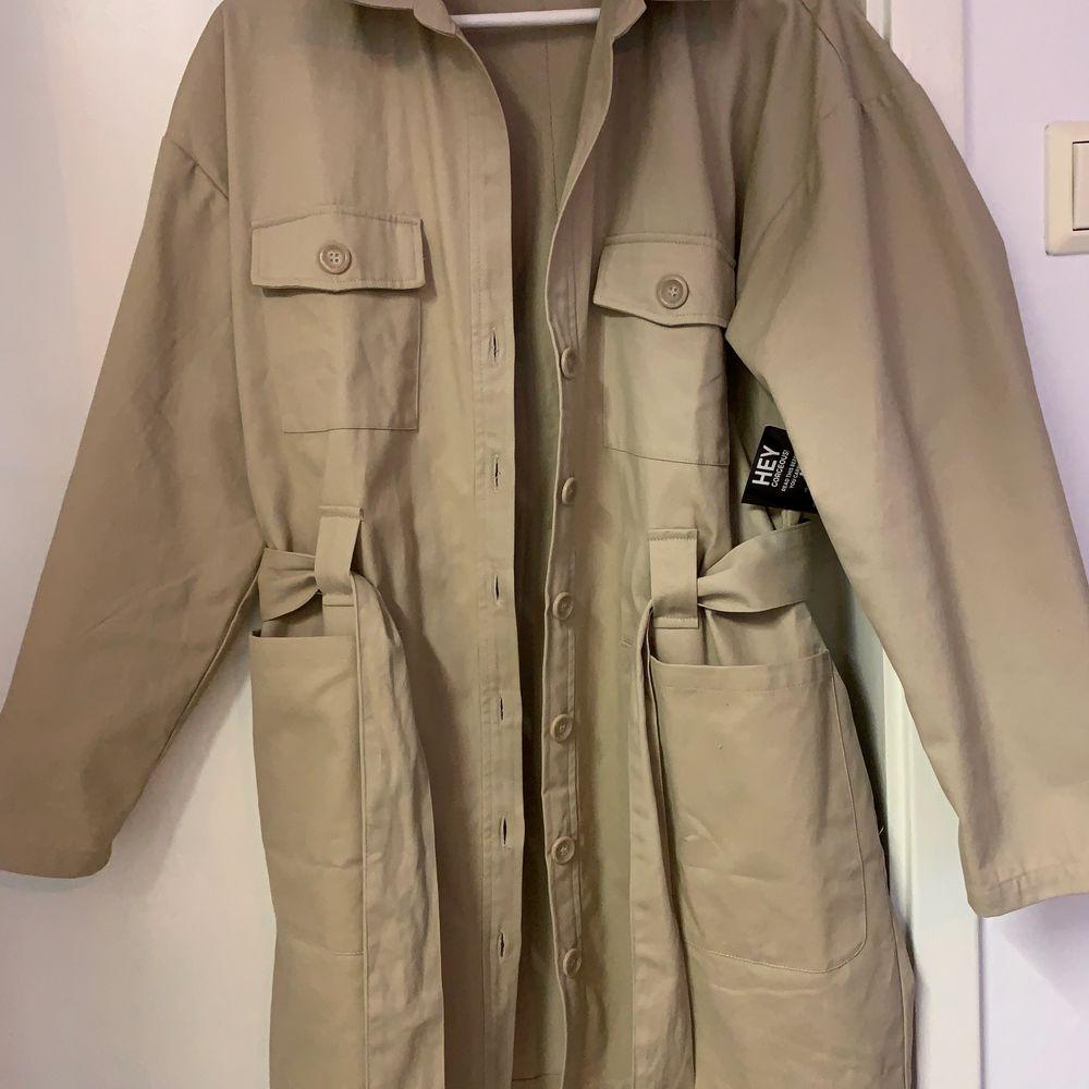 En jättefin oanvänd klänning från Nelly.com! Kan även användas som en tunn jacka💓. Klänningar.