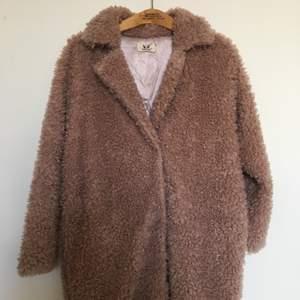 Rosa fluffig kappa. Perfekt till hösten! Uppskattningsvis storlek M. 150 kr plus porto. 💗