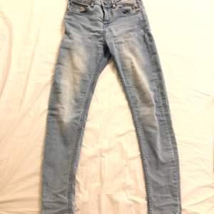 H&M high-mid waist jeans - ljusblå EU36🔥 jag bär sällan så den ser ut som ny