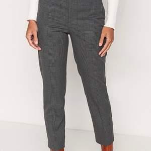 Jättesnygga rutiga/randiga kostymbyxor från lindex! Säljer pga att dom tyvärr inte kommer till användning längre. Dom är i bra skick och använda fåtal gånger. Nypris: 400kr. Storlek 36/S. Bud från 175kr<3 !Du står för frakt!