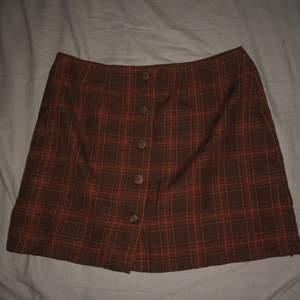 Säljer denna söta kjol från HENNES då jag knappt tagit användning av den efter jag köpte den, de är storlek 40, skulle säga passar som en L men passar M perfekt oxå. Hög midja.  Startar på 50 men om man vill buda gör man de i kommentarerna, köparen står för frakten:) (säljer en till liknande fast annan färg så de bara gå in o kolla på min profil om intresse finns)