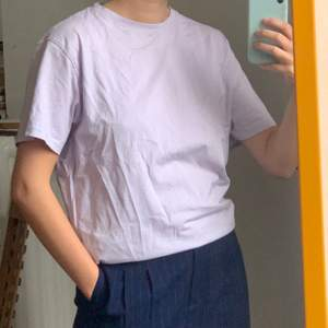 Aning skrynklig T-shirt i pastell lila, köpt på killavdelningen i storlek S. Frakt kostar 42kr, allt som allt 100kr!