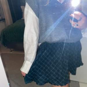Säljer min söta kjol från Zaras barnavdelning.🖤Köpte den för några år sedan men har endast använt den ett fåtal gånger. Så fin i höst och vinter🍂🍁 Passar på mig som är 165