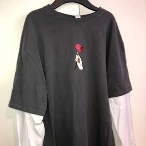 Vintage tröja som är köpt för längesen men aldrig använd, prislappen är kvar. Storlek L men passar som S ✨
