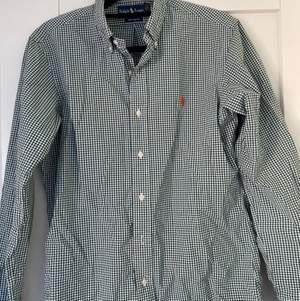 Snygg och unik rutig Ralph Lauren skjorta som är inköpt för två år sedan och använd mycket, dock utan några defekter. I storlek S men är i allmänhet lite mindre. Säljs för att den är för liten. Inköpt för 1000kr säljs för 250kr.