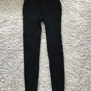 jeans / leggings från American Eagle. helt oanvända, storlek US 4 (36 eu) extra långa ben. köpta för 500, säljer för 150. kan mötas i stockholm eller så betalar köparen för frakt.