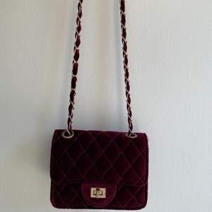 Jätte fin mörkröd handväska i sammet, kommer tyvärr aldrig till användning🌞