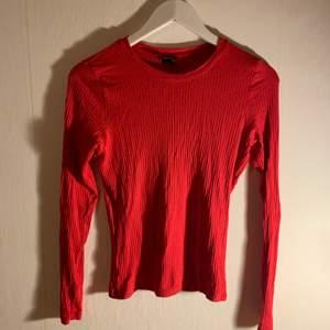 Fint skick, använd 1 gång, långärmad röd tröja från Monki! Så fin varm röd färg :-)