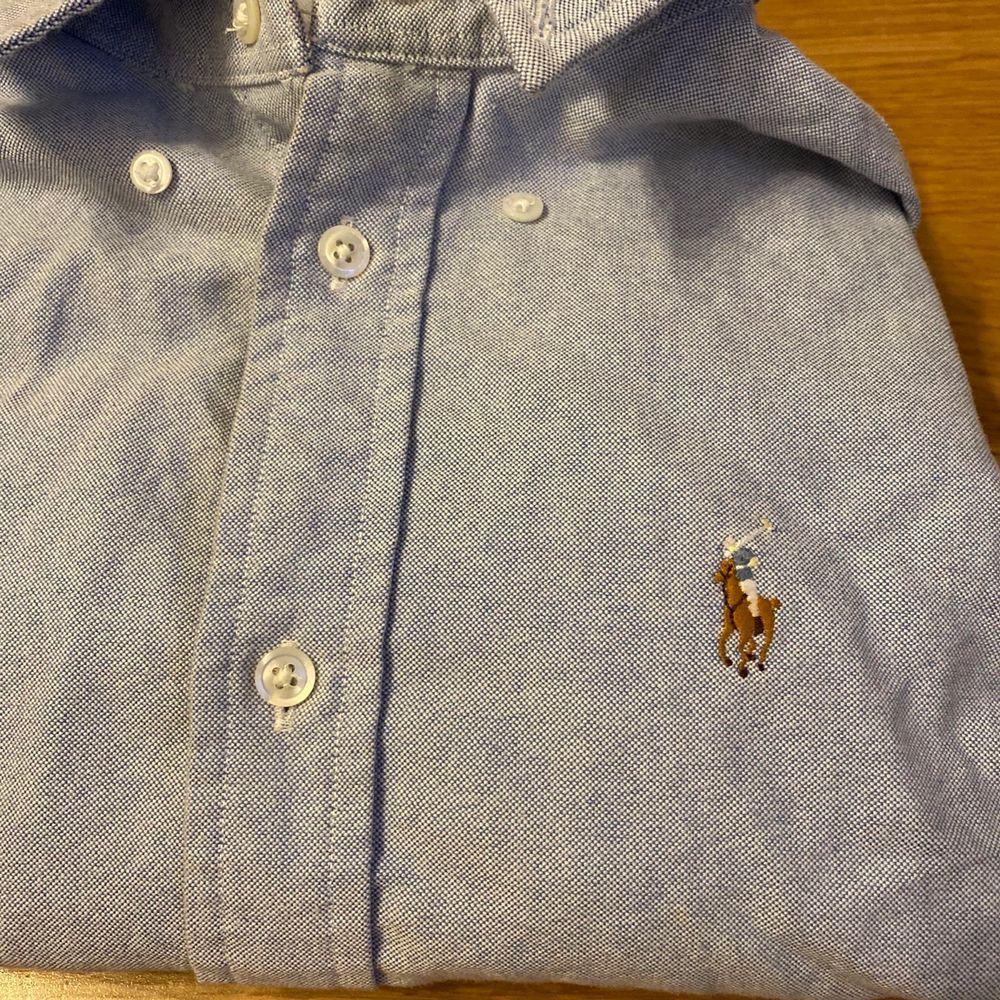Knappt använd, formar kroppen fint!, ljusblå. Skjortor.